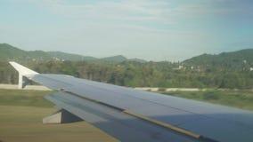 L'aereo accelera sulla pista del video del metraggio delle azione dell'aeroporto internazionale di Samui video d archivio