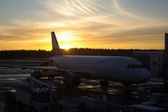 L'aereo ai passeggeri aspettanti dell'aeroporto Immagini Stock Libere da Diritti