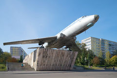 L'aereo commemorativo di TU-104A sulla via di Motorostroiteley nel pomeriggio soleggiato di settembre La Russia Fotografie Stock