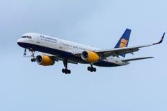 L'aereo da Icelandair TF-LLX Boeing 757-200 sta atterrando all'aeroporto di Schiphol Fotografia Stock Libera da Diritti