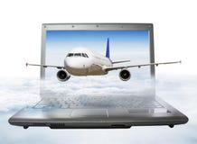 L'aereo decolla dallo schermo del computer portatile, salente nel cielo Fotografie Stock Libere da Diritti