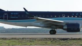 L'aereo degli aeroplani sta atterrando sulla pista archivi video