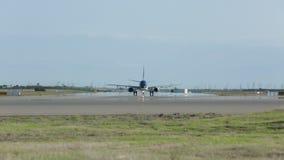 L'aereo degli aeroplani sta atterrando sulla pista stock footage