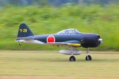 L'aereo della scala di Rc decolla fotografie stock
