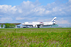 L'aereo di Aegean Airlines Airbus A320 sta guidando sulla pista dopo l'arrivo all'aeroporto internazionale di Pulkovo a St Peters immagini stock libere da diritti