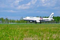 L'aereo di Aegean Airlines Airbus A320 sta guidando sulla pista dopo l'arrivo all'aeroporto internazionale di Pulkovo a St Peters immagine stock