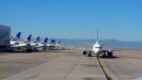 L'aereo di United Airlines sta rullando sulla pista immagine stock libera da diritti