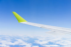 L'aereo durante il cielo blu dell'ala di volo si appanna soleggiato Fotografia Stock