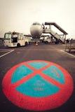 L'aereo parcheggiato sull'aeroporto di Transferrina senza parcheggio firma dentro la parte anteriore Fotografia Stock Libera da Diritti
