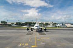 L'aereo passeggeri bianco decolla dalla pista dell'aeroporto Airplan Immagine Stock