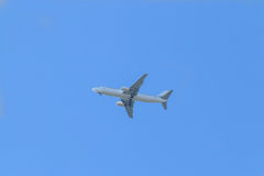 L'aereo passeggeri bianco vola in cielo Fotografie Stock Libere da Diritti