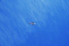 L'aereo su chiaro cielo blu Fotografia Stock