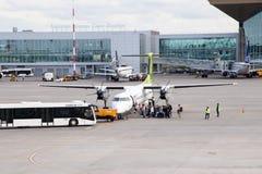 L'aereo va all'aeroporto Trasporto ?reo Trasporto della gente Aeroplano di Airbaltic La Russia, St Petersburg, Pulkovo, fotografia stock