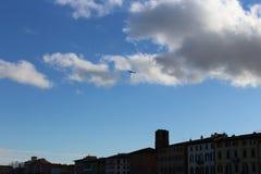 L'aereo vola nel cielo nuvoloso Immagini Stock Libere da Diritti