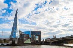 L'aereo vola sopra il coccio ed il ponte di Londra Fotografia Stock Libera da Diritti