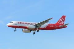 L'aeroplano AtlasGlobal TC-AGU Airbus A320-200 sta atterrando all'aeroporto di Schiphol Immagine Stock