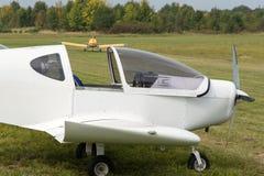 L'aeroplano bianco atterrato su un prato inglese Fotografia Stock Libera da Diritti