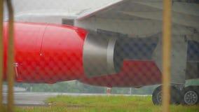 L'aeroplano che rulla prima decolla video d archivio