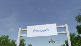 L'aeroplano che sorvola il tabellone per le affissioni di pubblicità con l'iscrizione 3D di Facebook che rende 4K taglia video d archivio