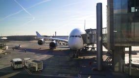 L'aeroplano che sta con il ponte del jet si è collegato a, passeggeri che scendono l'aereo video d archivio