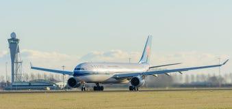 L'aeroplano China Southern Airlines B-5965 Airbus A330-300 sta decollando all'aeroporto di Schiphol Immagini Stock