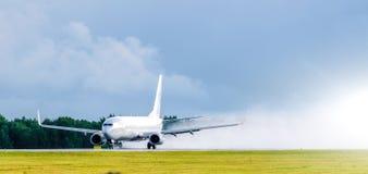 L'aeroplano decolla alla pioggia dell'aeroporto spruzza il maltempo immagini stock