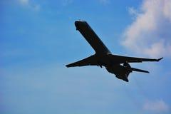 L'aeroplano decolla dall'aeroporto con i precedenti del cielo blu Immagini Stock