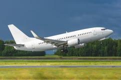 L'aeroplano decolla dalla pista all'aeroporto, il genere di luci della pista della direzione Fotografia Stock