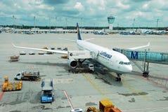 L'aeroplano del Lufthansa airbus ha parcheggiato sull'aeroporto di Monaco di Baviera fotografia stock libera da diritti