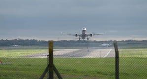 L'aeroplano del passeggero decolla dalla pista, dall'industria di affari del trasporto degli aerei di concetto e del viaggio Immagine Stock