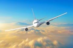 L'aeroplano del passeggero pilota l'alta velocità nel cielo sopra le nuvole ed il tramonto arancio, la vista è esattamente sulla  Fotografia Stock Libera da Diritti