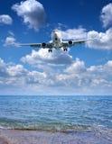 L'aeroplano del passeggero prepara per l'atterraggio sul backround scenico Fotografie Stock Libere da Diritti