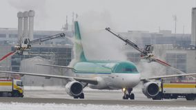 L'aeroplano di Aer Lingur a sbrina il cuscinetto, lo sbrinamento, aeroporto di Monaco di Baviera archivi video