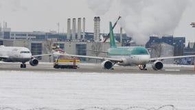 L'aeroplano di Aer Lingur a sbrina il cuscinetto, lo sbrinamento, aeroporto di Monaco di Baviera stock footage