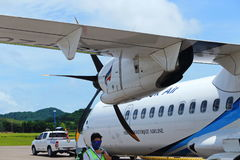 L'aeroplano di ATR 72-600 sulla pista del taxi dell'aeroporto con le erbe sistema Immagine Stock Libera da Diritti
