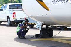 L'aeroplano di ATR 72-600 sulla pista del taxi dell'aeroporto con le erbe sistema Immagini Stock Libere da Diritti