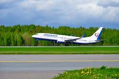L'aeroplano di Boeing 737-800 di linee aeree di Orenair sta decollando dalla pista nell'aeroporto internazionale di Pulkovo a St  Fotografia Stock Libera da Diritti
