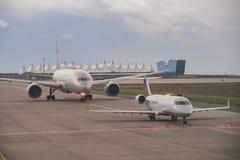 L'aeroplano ed il tetto tentlike famoso della linea aerea unita immagine stock libera da diritti