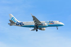 L'aeroplano Flybe G-FBJD Embraer ERJ-175 sta atterrando all'aeroporto di Schiphol Fotografia Stock