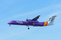 L'aeroplano Flybe G-JEDR de Havilland Canada DHC-8-400 sta atterrando all'aeroporto di Schiphol Immagini Stock Libere da Diritti