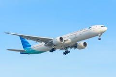 L'aeroplano Garuda Indonesia PK-GIC Boeing 777-300 sta atterrando all'aeroporto di Schiphol Fotografie Stock Libere da Diritti