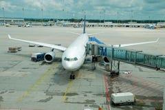 L'aeroplano ha parcheggiato sull'aeroporto fotografie stock