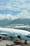 L'aeroplano nell'aeroporto di Hong Kong occupato dentro mantiene Immagini Stock