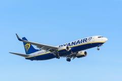 L'aeroplano Ryanair EI-DLX Boeing 737-800 sta atterrando all'aeroporto di Schiphol Immagine Stock