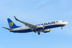 L'aeroplano Ryanair EI-DLX Boeing 737-800 sta atterrando all'aeroporto di Schiphol Fotografie Stock Libere da Diritti