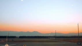 L'aeroplano sta stando ad un terminale aspetta per imbarcare video d archivio