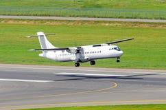L'aeroplano stacca dalla pista all'aeroporto Fotografie Stock Libere da Diritti