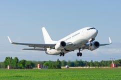 L'aeroplano stacca dalla pista all'aeroporto Immagine Stock