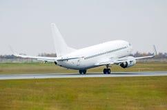 L'aeroplano stacca decolla dalla pista all'aeroporto Fotografia Stock Libera da Diritti
