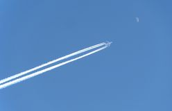 L'aeroplano vola alla luna Fotografie Stock Libere da Diritti